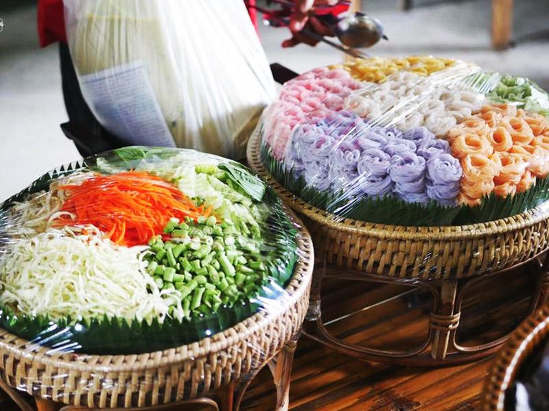 สินค้าขึ้นชื่ออีกอย่าง ของสวนผู้ใหญ่เสวตร คือ ขนมจีนข้าวกล้องสมุนไพร